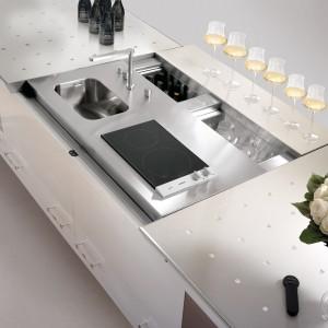 Jedna z wersji kuchni kumuluje w jednym miejscu zlewozmywak, płytę grzewczą, mini zmywarkę oraz chłodziarkę do alkoholu. Fot. Brummel Cucine.