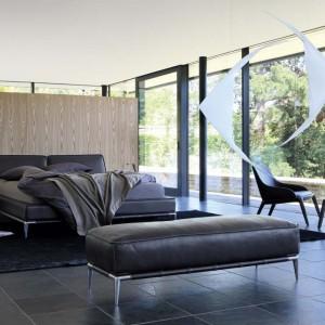 Tapicerowane łóżko Elicca na delikatnych, chromowanych nogach. Projekt: Philipe Bouix. Fot. Roche Bobois.