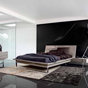 Łóżko Diapason o minimalistycznym kształcie, oparte na stelażu o lekkiej formie. Projekt Daniel Rode. Fot. Roche Bobois.