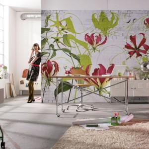 Fototapeta z motywem białej cegły, na której dodatkowo wyeksponowano kwiatowe motywy. Idealna do przestrzeni o kobiecym charakterze. Fot. Castorama.