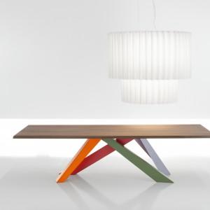 Stół Big Table projektu Alaina Gillesa uwodzi nowoczesną formą i długimi, nogami w kolorze. Fot. Bonaldo.