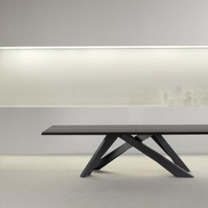Jednolity stół Big Table z powodzeniem może być wykorzystany w klasycznym salonie, nadając wnętrzu designerski wygląd. Fot. Bonaldo.