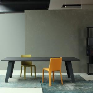 Jednolity stół Welded można uzupełnić kolorowymi krzesłami tworząc tym samym niepowtarzalną aranżację. Fot. Bonaldo.