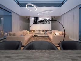 Uwagę przykuwa nowoczesne oświetlenie: lampy projektu Karima Rashida (Artemide) oraz autorskie lampy Okręgi lewitujące nad częścią wypoczynkową salonu.
