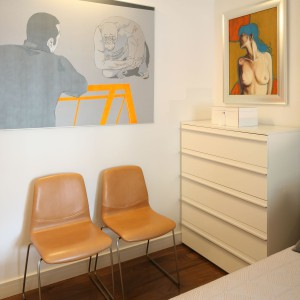 Sypialnia została urządzona w jasnej, stonowanej kolorystyce. Fot. Bartosz Jarosz.