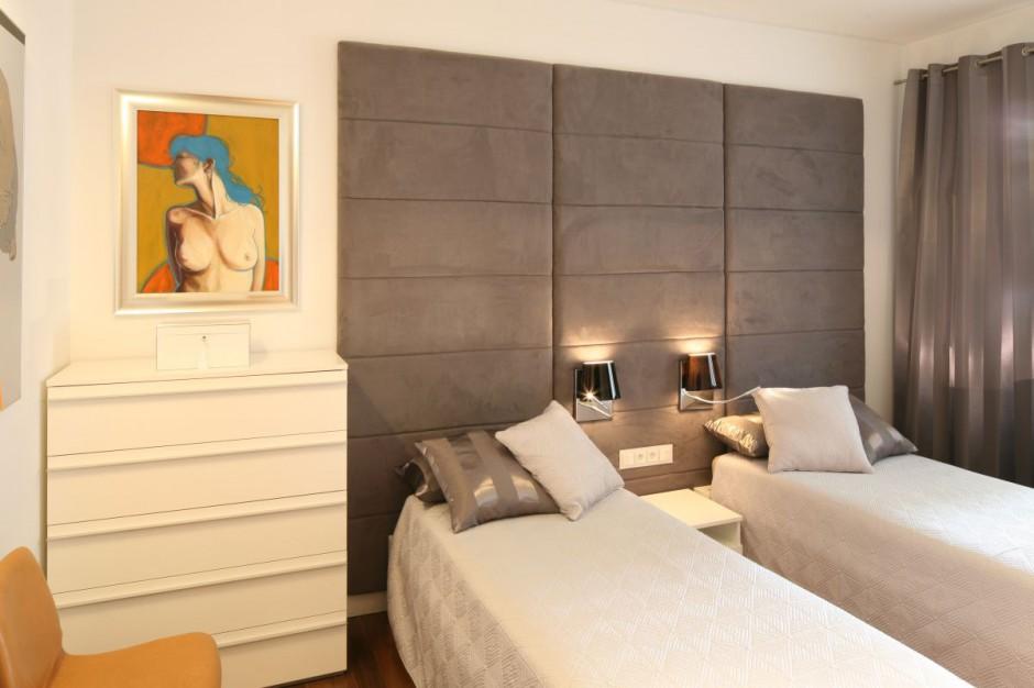 Tapicerowana ściana za...  Jasna, przytulna sypialnia. Tu odpoczniesz po ciężkim dniu pracy