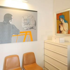 Obrazy zajmują ważne miejsce w sypialni. To właśnie one nadają wnętrzu ciekawy, oryginalny charakter. Fot. Bartosz Jarosz.