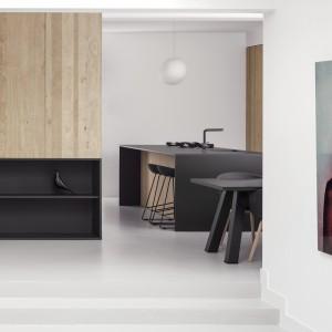 Minimalistyczne wnętrze udekorowano eleganckimi fotografiami. Artystyczne portrety stanowią elegancką kropkę nad i tej wysmakowanej, stylowej aranżacji wnętrza. Projekt: i29 interior architects. Fot. Ewout Huibers.
