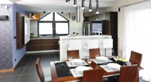 Gospodarze gustują w ciemnych barwach, dlatego nawet sprzęty AGD wybrano czarne – w ulubionym kolorze pana domu. Elegancki charakter kuchni podkreśla jednak najbardziej wytworny palisander.