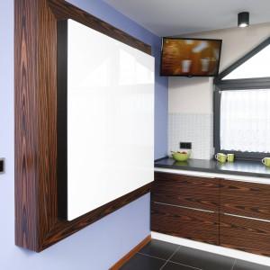 Nietypowy charakter szafek we wnęce podkreśla obramowanie, a błękitne tło ściany dodatkowo go eksponuje. Fot. Bartosz Jarosz.