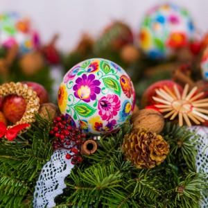 Przeurocze folkowe bombki inspirowane tradycyjną wycinanką łowicką ożywią bożonarodzeniowe drzewko lub staną się nietuzinkowym elementem świątecznego wieńca. Fot. Folkstar.