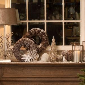 Złote wieńce, urocze figurki choinek i ptaszków oraz piękne świeczniki to ozdoby, które nadadzą elegancki, niezwykły klimat każdemu wnętrzu. Fot. Almi Decor.