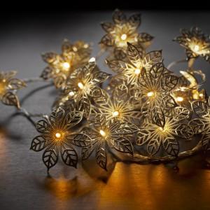 Łańcuch Babette z 20 subtelnie wykonanych kwiatków – każdy z małą lampką w samym środku. Pięknie wyglądają wykorzystane do bożonarodzeniowego stroika, ozdobienia tarasu lub wnętrza domu. Fot. Sirius.