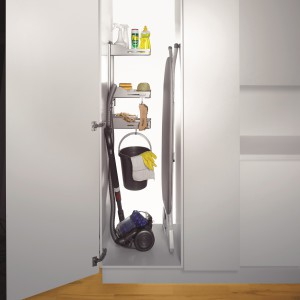 Zestaw do szafy gospodarczej Sesam to praktyczne półki z pełnym dnem oraz uchwyt na wąż odkurzacza i haczyki – mogą być dowolnie przewieszane w zależności od potrzeb. Do szafy o szer. min. 35 cm; mocowany z prawej lub lewej strony. 353,63 zł, Peka.