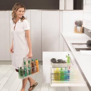 Wyciąg na detergenty Portero  pozwoli przechowywać wszystkie środki czystości w jednym wysuwanym koszu. Dodatkowa zaleta: koszyki można zdjąć ze stelaża i wygodnie przenieść w dowolne miejsce. Łatwy montaż do dna szafki, zintegrowany system cichego domykania; różne wymiary. Od 475 zł, Peka.