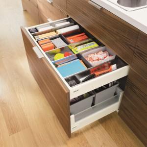 System Orga-Line umożliwia dopasowanie wnętrza szuflady do przechowywania dowolnej zawartości; wkład uniwersalny w szufladzie wewnętrznej ułatwi utrzymanie porządku wśród zapasowych gąbek, ściereczek, worków na śmieci. Wycena indywidualna, Blum.