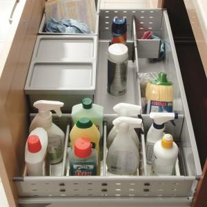 Szuflada typu Combi dostępna w kolekcjach mebli kuchennych Black Red White. W szufladzie z sortownikami odpadów można przechowywać również detergenty. System wewnętrznej organizacji (przegrody, relingi) porządkuje zawartość szuflady. Wycena indywidualna, Black Red White.