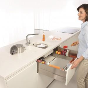 Szuflada pod zlewozmywak Tandembox zapewni optymalne wykorzystanie miejsca pod zlewozmywakiem. Dzięki specjalnej konstrukcji oraz wewnętrznej organizacji przestrzeni, detergenty oraz drobne utensylia można przechowywać w idealnym porządku. Wycena indywidualna, Blum.