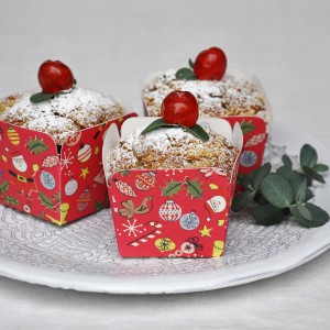 Tradycyjne muffinki zyskają wyjątkowy wygląd, jeśli tradycyjne papilotki umieścimy w ozdobnych kartonowych pojemniczkach z motywami dekoracji choinkowych. Ok. 10 zł, Dotcomgiftshop.