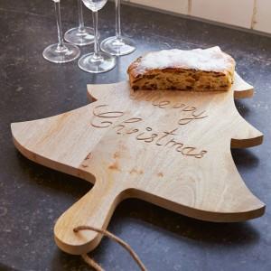 Drewniana deska w kształcie choinki, marki Riviera Maison, przyda się do krojenia chleba czy świątecznego piernika. 248 zł, Riviera Maison/HOUSE&More.