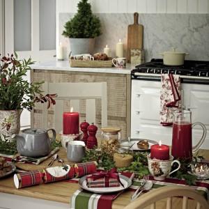 Serwetki czy obrus w szkocką, czerwono-zieloną kratę rozłożone na kuchennym stole z pewnością odmienią jego wygląd na święta. Od ok. 17 zł, Marks&Spencer.