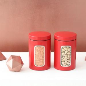 W czerwonym pojemniku z okienkiem można schować orzechy czy korzenne pierniczki. Dzięki zapachoszczelnej pokrywce zamykanej kliknięciem zachowamy świąteczne przysmaki na dłużej. 39,99 zł/3 sztuki, Brabantia.