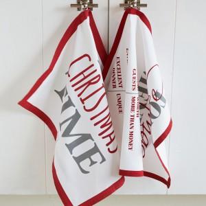 W miejscu, gdzie powstają aromatyczne smakołyki nie może zabraknąć ręczników kuchennych ze świątecznymi motywami. 93 zł/2 sztuki, HOUSE&More.