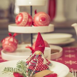 Urocza laleczka w zimowym stroju oraz bombki z serii Jul2014 pomogą pięknie ozdobić bożonarodzeniowy stół i nadadzą wnętrzu skandynawskiego charakteru. Fot. Duka Polska.