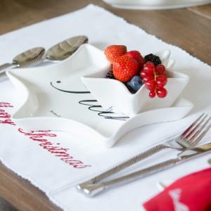 Przeurocze talerze świąteczne będą dekoracją samą w sobie. Doskonałe na świąteczne ciasta i smakołyki. Fot. House&More.