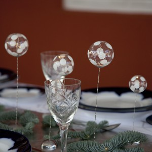 Trzy oryginalne kule dekoracyjne Snowball – na cienkiej nóżce i wypukłej podstawce: doskonale sprawdzą się jako ozdoba stołów bożonarodzeniowych, tym bardziej, że powierzchnię kul ozdobiono motywem śniegowych puszków. Lampki typu LED pomogą rozświetlić stół i przyczynią się do stworzenia przytulnej atmosfery. Fot. Sirius.