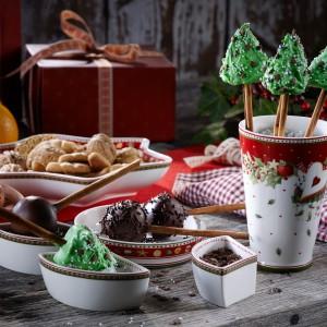 Akcesoria z serii Winter Bakery Delight to uroczy sposób na podanie domowych świątecznych wypieków. W takiej formie każdy deser nabierze dodatkowego smaku. Czerwono-zielona kolorystyka oraz ornamenty nawiązują do typowo świątecznych przypraw. Fot. Villeroy&Boch.
