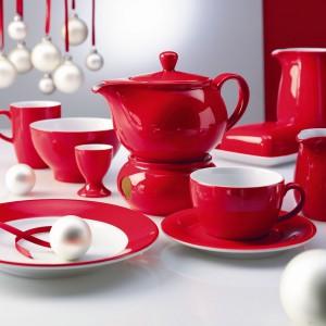 Przepiękna soczysta czerwień zastawy doskonale wpisuje się w świąteczny klimat. Wystarczy kilka subtelnych świątecznych dodatków, żeby uzyskać minimalistyczny, ale jakże efektowny wygląd bożonarodzeniowego stołu. Fot. Kahla.