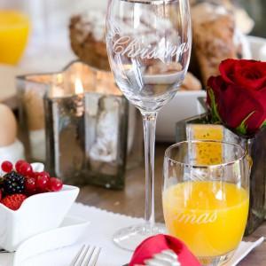 Kieliszki i szklanki z nadrukiem życzeń pięknie się skomponują ze świątecznym stołem. Fot. Hose&More.