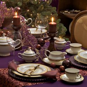 Niezwykle elegancka aranżacja. Fioletowy gładki obrus stanowi piękne tło dla porcelanowej zastawy. Złote elementy znakomicie dopełniają całość. Fot. Rosenthal.