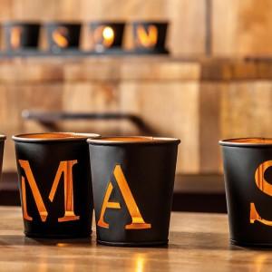 Ciekawe świeczniki z motywem literek wyciętych w blasze będą stanowić oryginalną dekorację. Fot. Inne Meble.