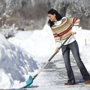 Lekka i stabilna łopata do śniegu. Konstrukcja i użyte tworzywo gwarantują, iż mokry, kleisty śnieg nie przylega do narzędzia. Fot. Gardena.
