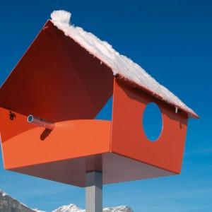 W każdym zimowym ogrodzie powinno znaleźć się miejsce na karmniki i domki dla ptaków. Fot. Radius design.