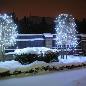 Zimą nie możemy zapomnieć o świątecznych dekoracjach ogrodu. Fot. Castorama.
