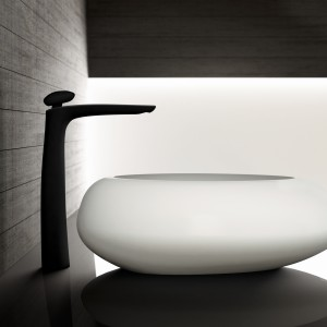 Nowość Fir Italia to model Synergie w kolorze chrom lub czarny. Uwagę zwraca ciekawe pokrętło w formie kamienia inspirowane kształtem otoczaków. Fot. Fir Italia.