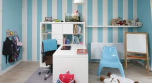 Jeśli myślicie, że pokój kilkuletniej dziewczynki musi być różowy, to jesteście w błędzie. Zobaczcie śliczny wnętrze dla córki w pięknym, błękitnym kolorze.
