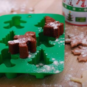 Świąteczna, silikonowa forma do pieczenia dostępna w kolekcji Święta od kuchni. Ciastka w kształcie choinki czy mikołaja będę smakowały wybornie. Fot. Empik.