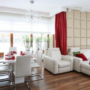 Jasny stół i krzesła pięknie harmonizują z kolorystyką salonu. Z meblami wypoczynkowymi korespondują również miękkie, tapicerowane siedzenia krzeseł. Projekt: Katarzyna Mikulska-Sękalska. Fot. Bartosz Jarosz.