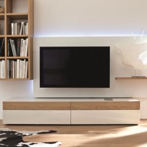 Szafka RTV z kolekcji Neo marki Hulsta łączy modny dekor drewna z bielą. Fot. Hulsta.