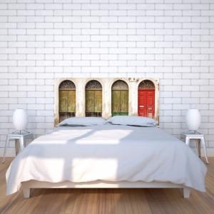Na panelu za łóżkiem możemy umieścić dowolną grafikę. Fot. Noyo home.