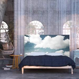 Dekoracyjny zagłówek z nadrukiem nieba wprowadzi do sypialni spokojną, harmonijną atmosferę. Fot. Noyo home.