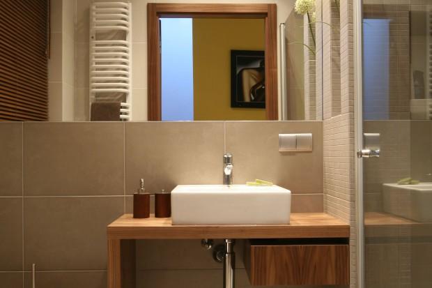 Mała łazienka: w beżu i jasnym drewnie
