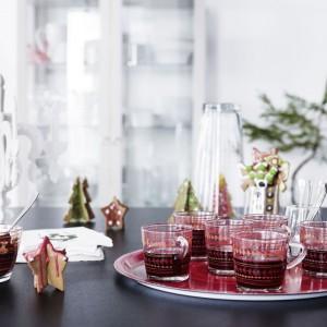 Szklane kubki Vinterfint z czerwonym, świątecznym wzorem. 21,99 zł/4 sztuki, IKEA. Fot. IKEA.