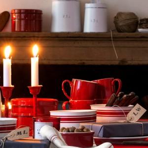 Świąteczna kolekcja ceramicznych naczyń utrzymana w czerwono-białej kolorystyce. Fot. H&M Home.