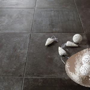 Duże płytki podłogowe Apogeo Black maki Atelier Tagina zachwycają surowością powierzchni i naturalnym wyglądem. Fot. Atelier Tagina.