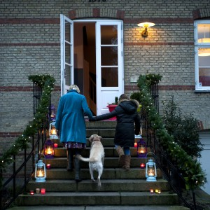 W chłodne zimowe dni drogę do domu wskazują kolorowe światła.  Fot. Polly Eltes/Narratives.